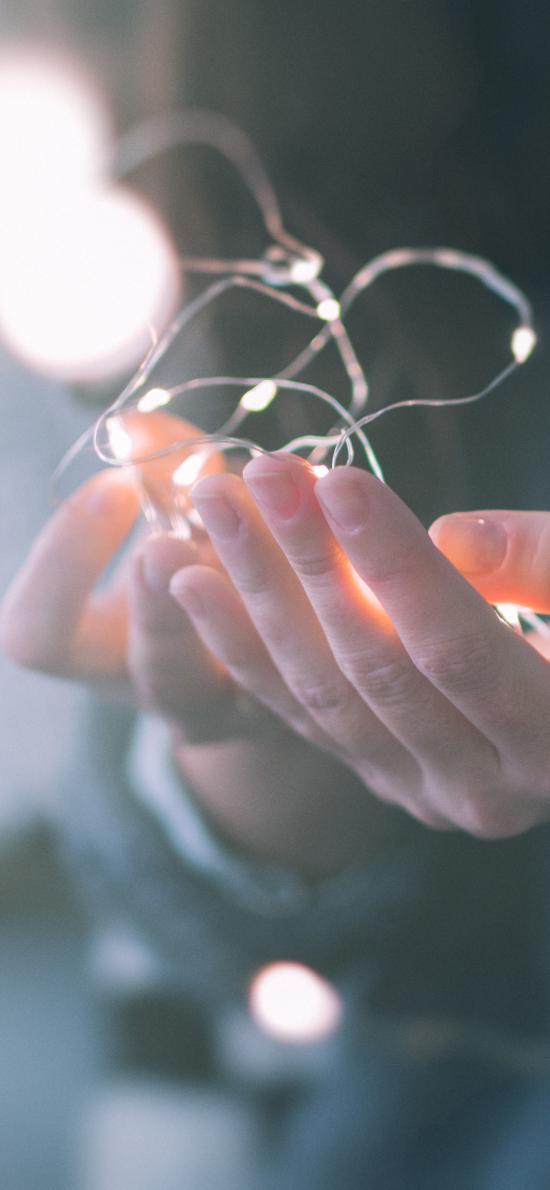 灯 双手 捧 发光 小灯泡