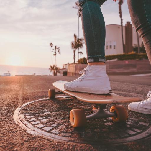 休闲 滑板 道路 井盖