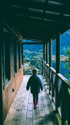 背影 木屋 小女孩 行走 走廊