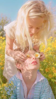 两小无猜 欧美 孩子 阳光 儿童 花丛