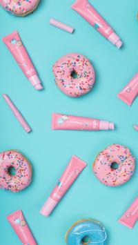 静物 化妆品 甜甜圈 平铺