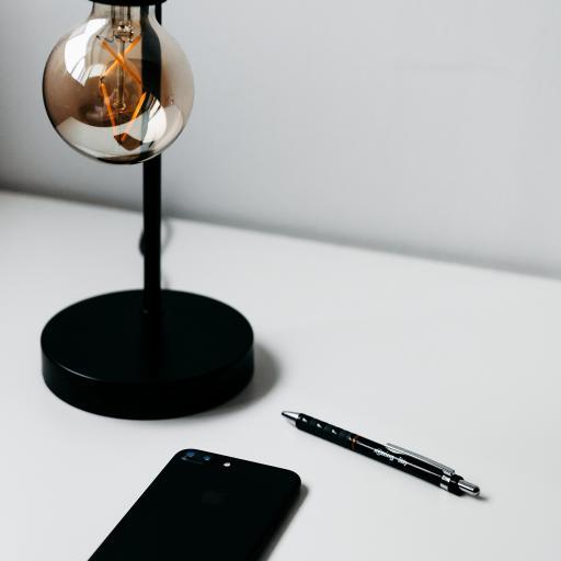 静物 黑白台灯 手机 笔