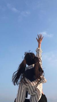 背影 天空 伸手 女孩 辫子