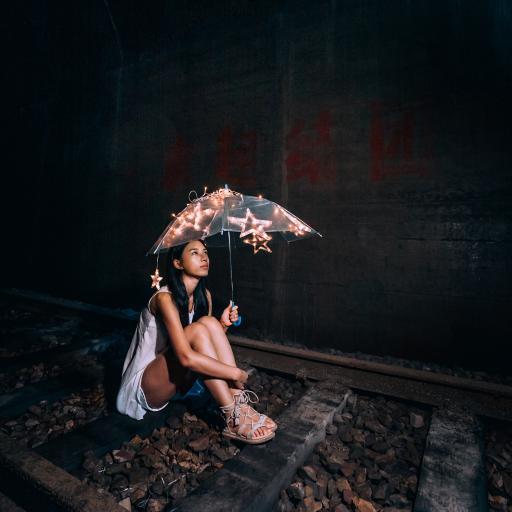女孩 雨伞 星星 灯光 夜晚
