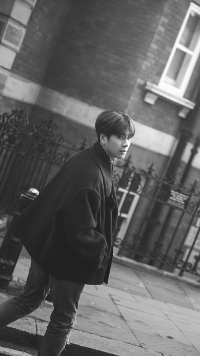 王嘉尔 歌手 明星 艺人 黑白 街拍