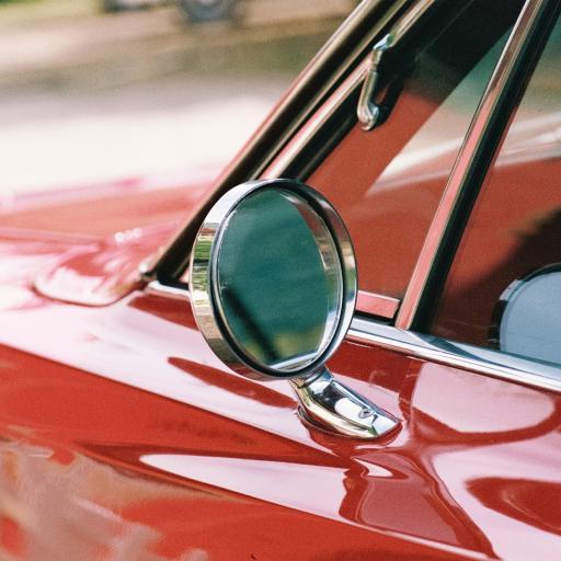 红色 汽车 前视镜 特写