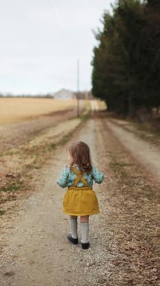 背影 小女孩 郊外 欧美 儿童
