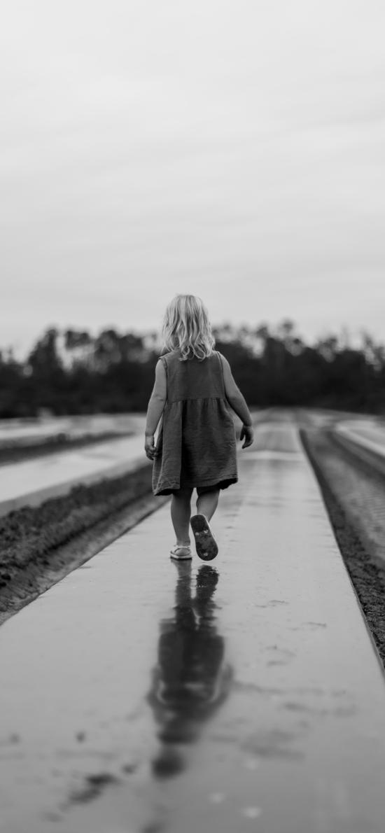 小女孩 背影 黑白 写真