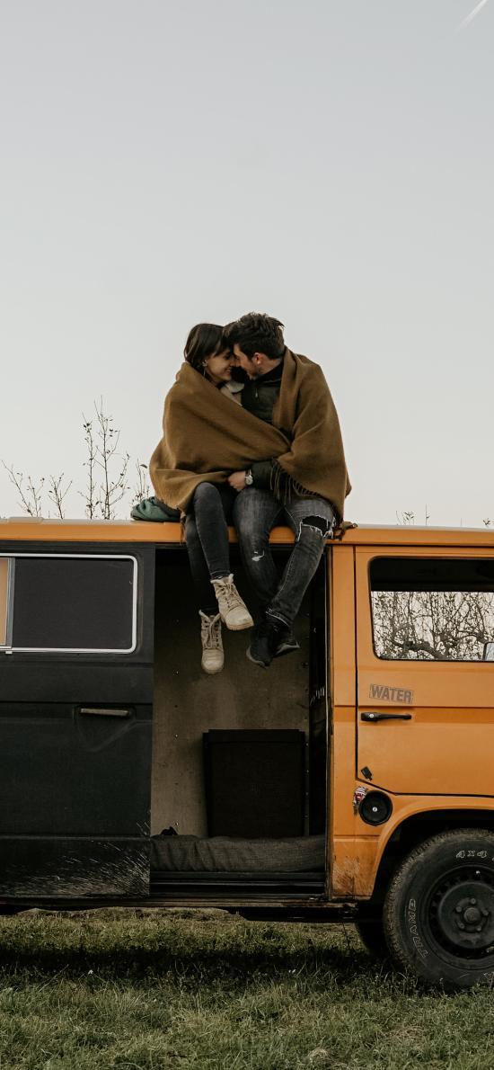 郊外 房车 欧美 情侣 拥吻