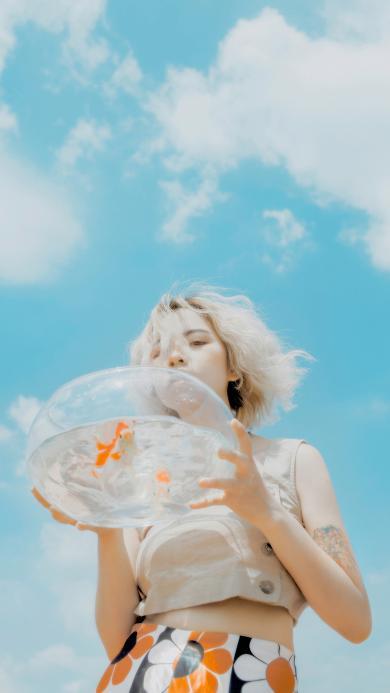 女孩 浴缸 金鱼 天空 蔚蓝 云朵 短发