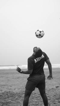 颠球 背影 运动 黑白 足球