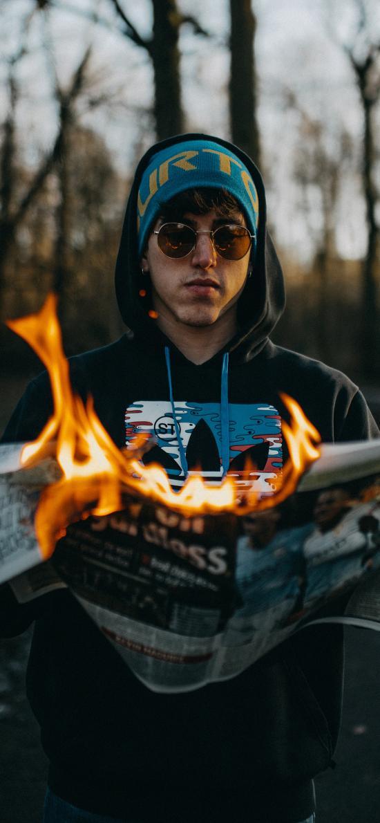 歐美 男孩 寫真 報紙 燃燒