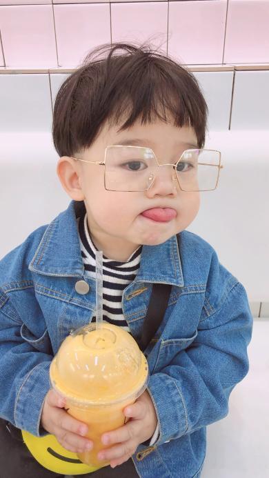 李浠晗 小男孩 可爱 萌 饮料