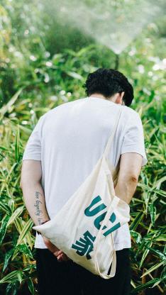 男孩 背影 帆布包 小清新
