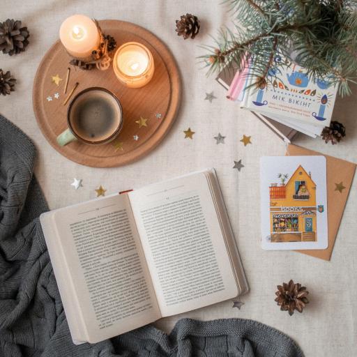 静物 蜡烛 书籍 松果 咖啡
