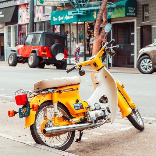 摩托车 小绵羊 街道 停靠