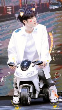 明星 演员 王一博 小机车 摩托