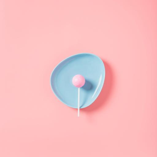 粉色背景 盘子 棒棒糖 零食