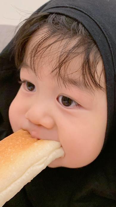 李浠晗 小男孩 面包 可爱