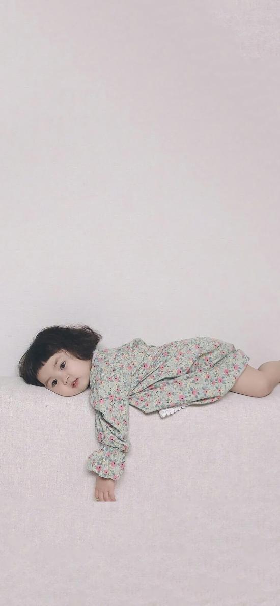 羅熙 小女孩 可愛 萌 兒童 趴著