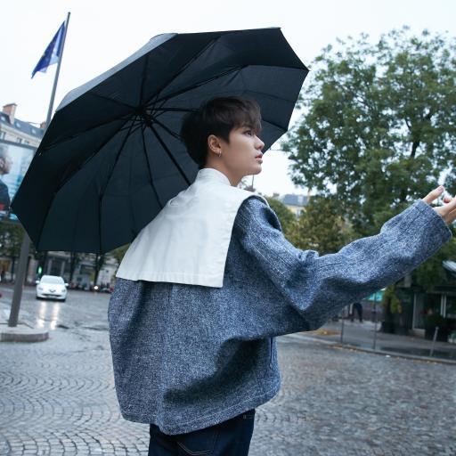 林彦俊 歌手 明星 艺人 雨伞 街拍