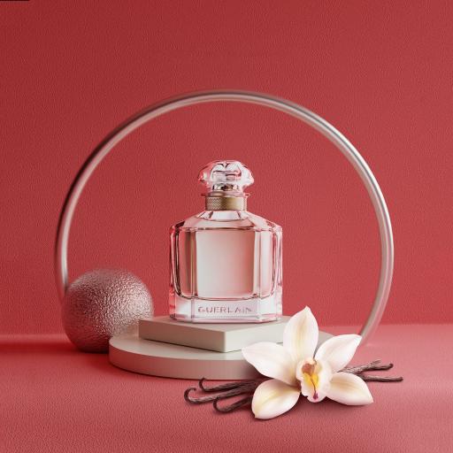 香水 彩妆 花朵 瓶子