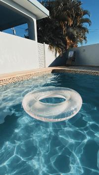 泳池 游泳圈 水面 夏日