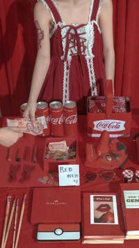 静物 可乐 书籍 红色系 摆拍 (取自微博:尼脑子瓦特啦)