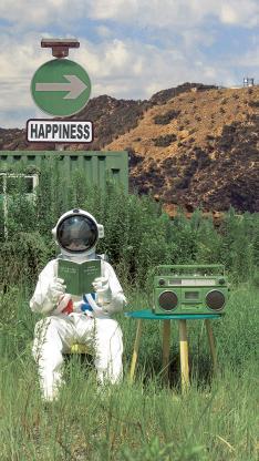 宇航员 太空服 录音机 摄影 草丛 @名侦探牛奶喵