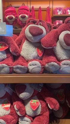 草莓熊 布娃娃 玩偶 货架